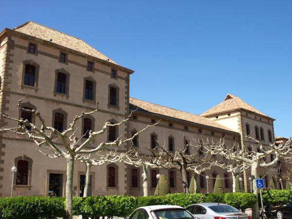 'La Biblioteca Popular està integrada en una edificació que és la seu del Centre Comarcal de Cultura, que acull també el Museu Comarcal i l'Arxiu Històric'... Avui, la biblioteca té el seu propi edifici. - Cervera