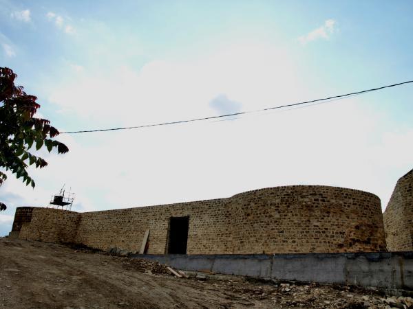 '...i, al capdavall, les ruïnes del castell, conquistat als musulmans...'. Ara, parcialment reconstruït, poc o res té a veure aquest edifici amb el munt de rocs que va rtobar Espinàs 50 anys enrere.  - Cervera