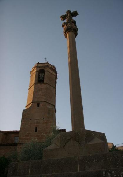 09.08.2012 El campanar i la creu de la plaça  Hostafrancs -  Josep Maria Santesmasses Palou