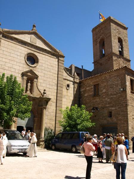 09.08.2012 'A Tarroja hi trobo la primera plaça d'aire solemne, presidida per l'església. A la façana de l'església hi ha un rellotge de sol, que marca naturalment l'hora vella...