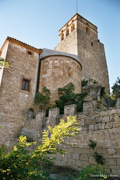 10.08.2012 'Al fons es dibuixa el castell de Ribelles, que vol ser vist de tot arreu, amb un gest inútil d'autoritat, que ja ha perdut'   Ribelles -  Giliet de Florejacs