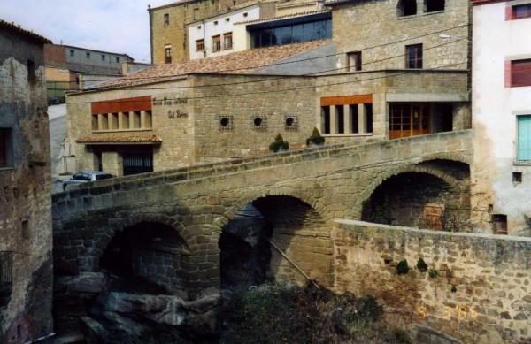 10.08.2012 Passo el pont, efectivament, penjat sobre un barranc, que separa el nucli antic del raval del Camí Nou..  Biosca -