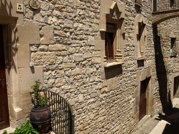 14.08.2012 (A Vallfogona) 's'hi veuen  portes i finestres del segle XVII, molt boniques'  Vallfogona de Riucorb -  Giliet de Florejacs