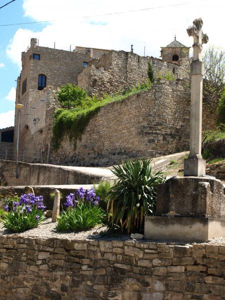 'Decidim acostar-nos a Vallfogona de Riucorb, al poble autèntic, que està més enllà del balnearil al peu de la carretera que va cap a Guimerà'  - Vallfogona de Riucorb