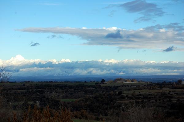 ' ..A la dreta queda un poblat que duu un nom lligat també amb la funció històrica de la comarca: Llindars' - Llindars