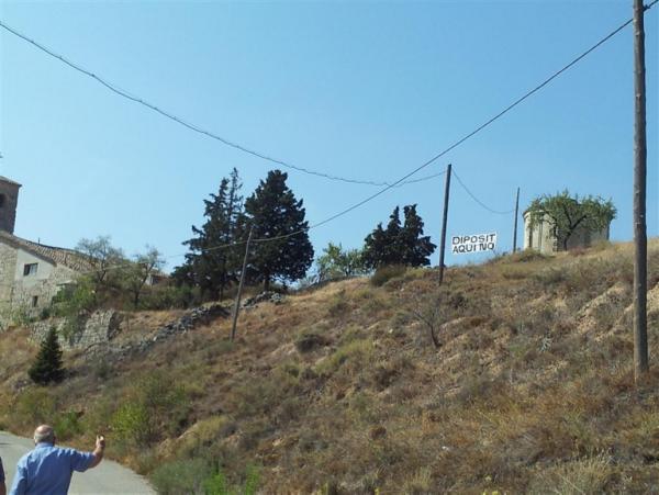 26.09.2012 penjat una pancarta en l'indret on NO es vol el dipòsitd'aigua  la Curullada -  Maria Freixes