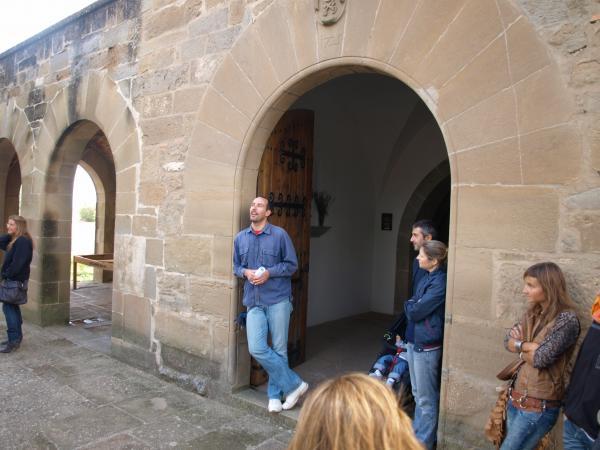 30.09.2012 explicació de la història i les tradicions del lloc, a càrrec de Jaume Moya  Guissona -  Camins de Sikarra