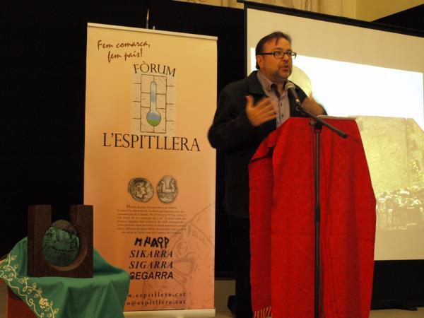 Lluís Urpí, durant l'acte del lliurament del I Premi Sikarra (al març de 2012 a Torà)