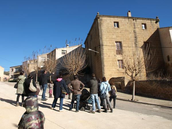 El grup davant la casa de Mossèn Ramon (antic Cal Quirze de Biosca)