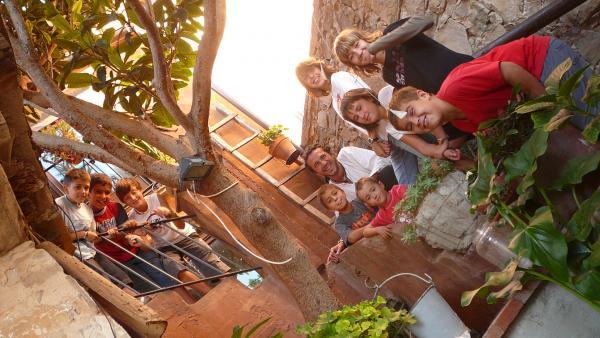 13.12.2012 Els jovenets de Segura a l'escala de l'entrada de la Casa Gran  Segura -  Kiku Mistu
