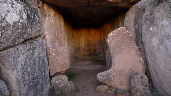 24.12.2012 Durant el solstici el sol entra fins al final del megalit  Llanera -  Xavier Sunyer
