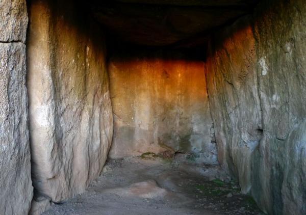 24.12.2012 Els primers raigs de sol il·luminen els tres costats de la cambra funerària durant escassos minuts  Llanera -  Xavier Sunyer