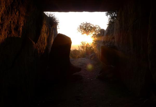 22.12.2012 El sol ilumina completament l'interior del dolmen  Llanera -  Xavier Sunyer