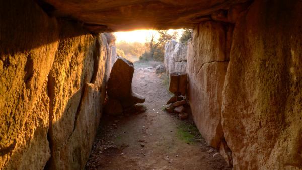L'interior del dolmen totalment il·luminat