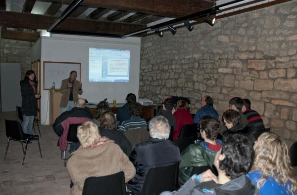 un moment de la xerrada a Castellserà, amb Jos Carbonell i Judit Ester