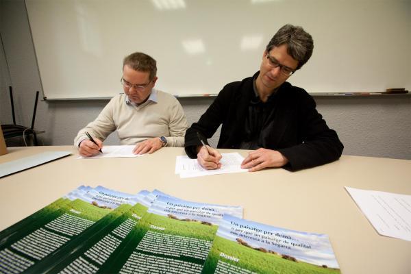 28.02.2013 instant de la signatura  del conveni per la defensa del paisatge  Cervera -  Xavi Santesmasses
