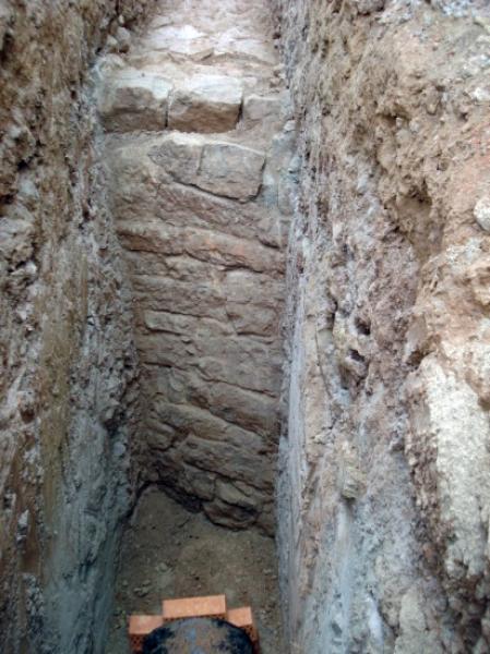 Detall de la part de muralla romana  descoberta per les obres - Els Prats de Rei