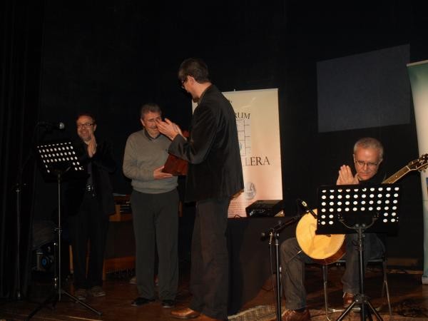 24.03.2013 Vicent Loscos rep de mans d'Albert Turull, president de l'Espitllera, el premi Sikarra  Guissona -  Jaume Moya