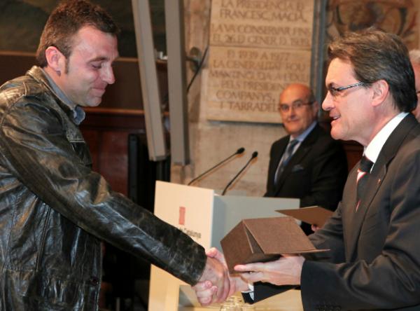 Roger Huguet recull el premi atorgat a Ca l'Huguet, de Calaf