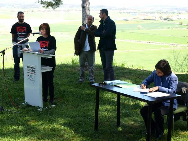 Núria Magrans, alcaldessa de Torrefeta i Florejacs, durant la signatura del Compromís d'Agramunt - Agramunt