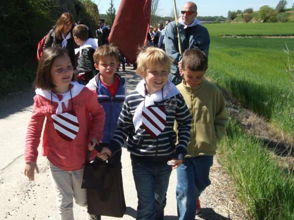 21.04.2013 Els nens d'Alta-riba contents retornen al poble la seva relíquia  Alta-riba -  AACSMA