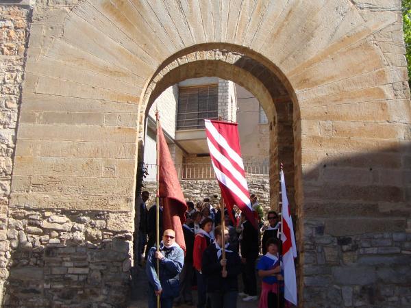 21.04.2013 Arribant a Santa Fe i creuant l'arc de l'antiga muralla per anar a buscar la relíquia de Sant Jordi d'Alta-riba  Alta-riba -  AACSMA