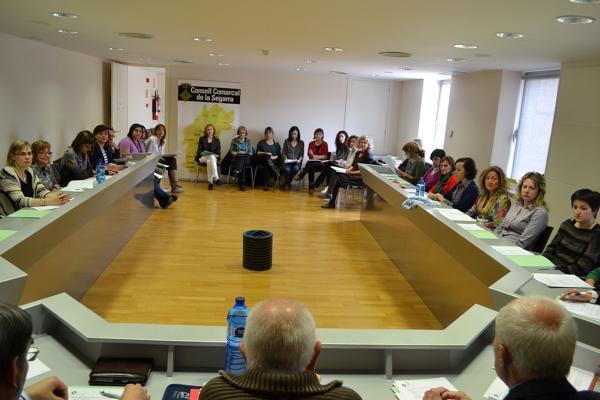 24.04.2013 Els professionals dels serveis socials a la Segarra uneixen esforços i programes per fer front a les retallades  Cervera -  CC Segarra