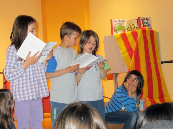 """23.04.2013 Alumnes de primària llegint el conte """"La Clau Màgica""""  Guissona -  Ajuntament Guissona"""