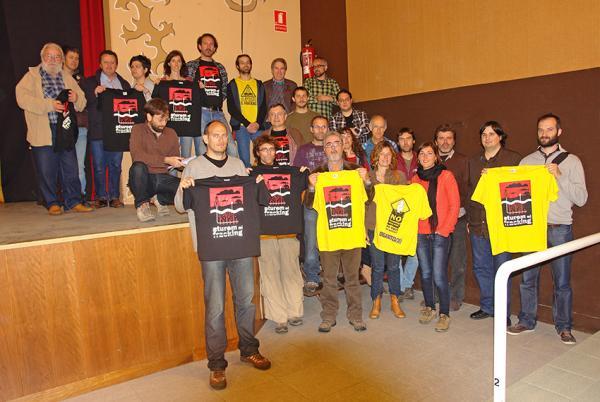 membres de la PAF exhibeixen les samarretes amb el logotip de l'entitat - Calaf