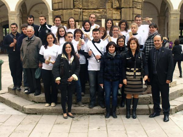 19.05.2013 la Colla de Bastons de Sedó van fer l'assaig general a la fira de Sant Isidre   Cervera -  Jaume Moya