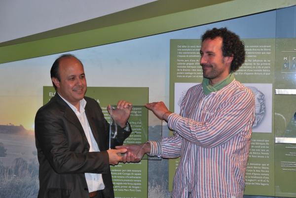 Jaume Moya lliura a Ramon Royes la moneda