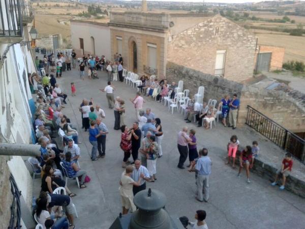 20.07.2013 La gent es congrega pel ball  Bellveí -  Laia Argelich