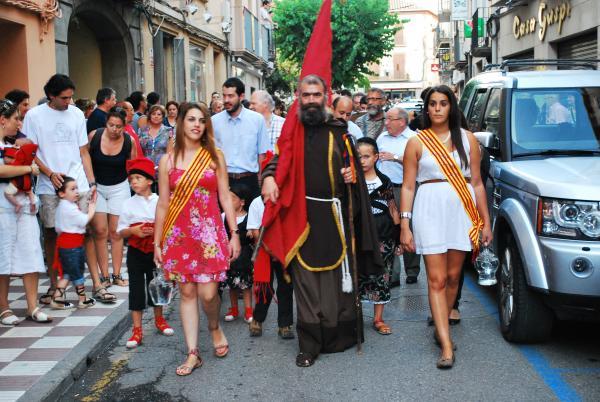 Sant Magí, caminant devant de tots, solemne, dintre la folgada i pesanta roba vermella - Cervera