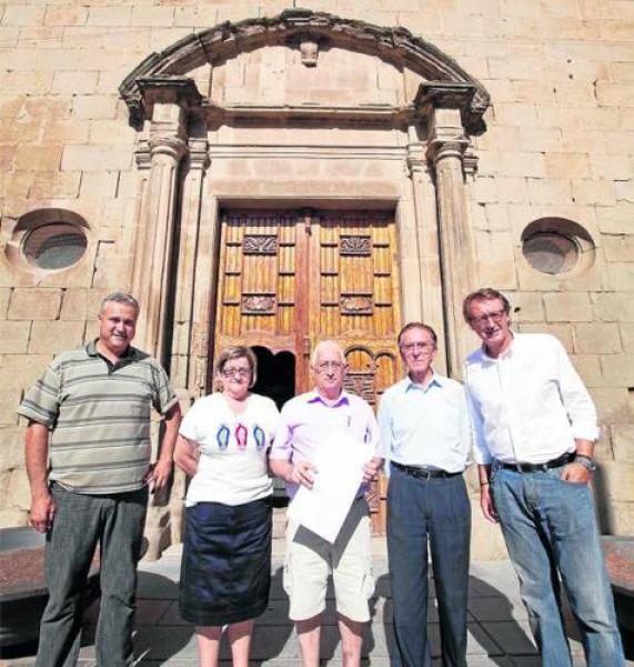 Els veïns amb les signatures devant l'església - Sanaüja