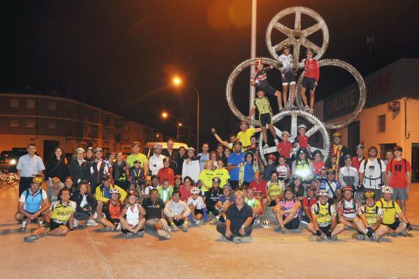 22.08.2013 Foto de grup dels 121 ciclistes participants a la 2a Pedalada Nocturna al Tossal de les Bruixes   Cervera -  Ramon Armengol