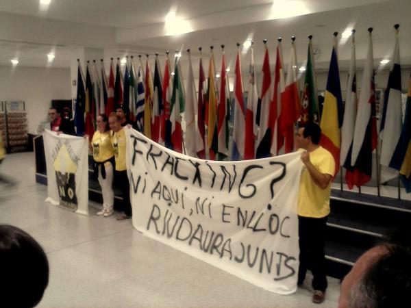 desplegament de la pancarta contra el fracking a la seu del Parlament europeu