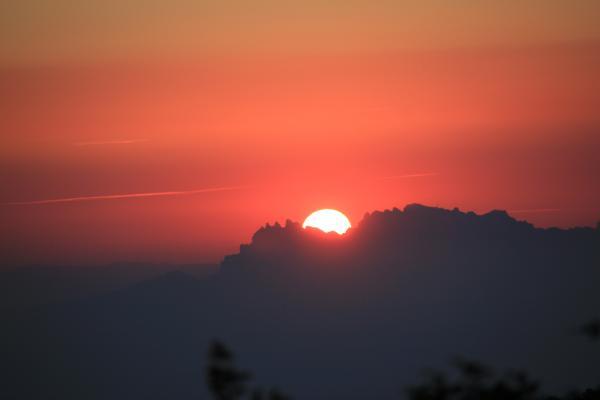 11.09.2013 Sol ixent sobre Montserrat, des de  Aguiló  Aguiló -  Pilar Jané Abelló