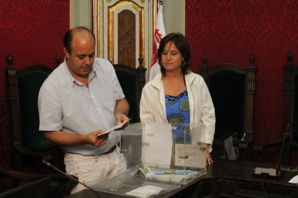 El paer en cap, Ramon Royes, i la regidora de Turisme, Elvira Costa fan el recompte dels vots