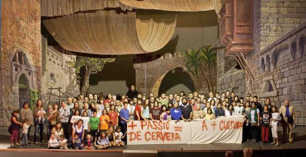 16.10.2013 Els membres  de la Passió protesten per les retallades en la subvenció  Cervera -  Passió