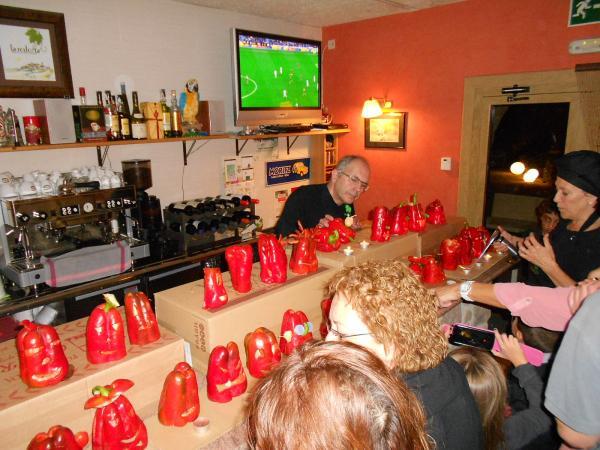 31.10.2013 Els pebrots, tunejats, exposats al restaurant La Redolta  Florejacs -  Ajuntament TiF