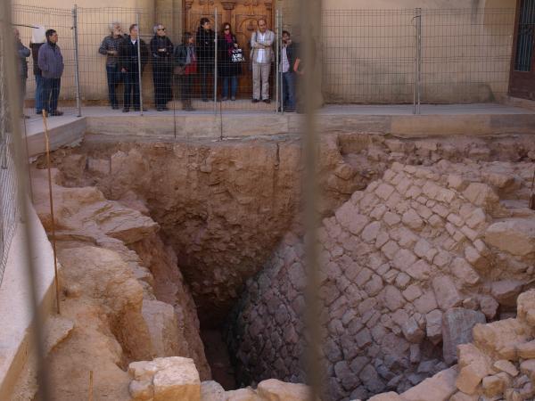 visita al jaciment, a la plaça de la Marededéu del Portal - Els Prats de Rei