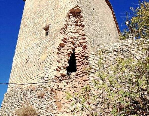 Detall de la torre parcialment esfondrada