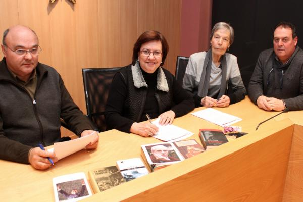 La vídua de Madern, Pilar Minguell, ha signat la cessió amb l'alcaldessa Rosa Maria Perelló i el president de l'EMD El Talladell, Miquel Albareda - Tàrrega