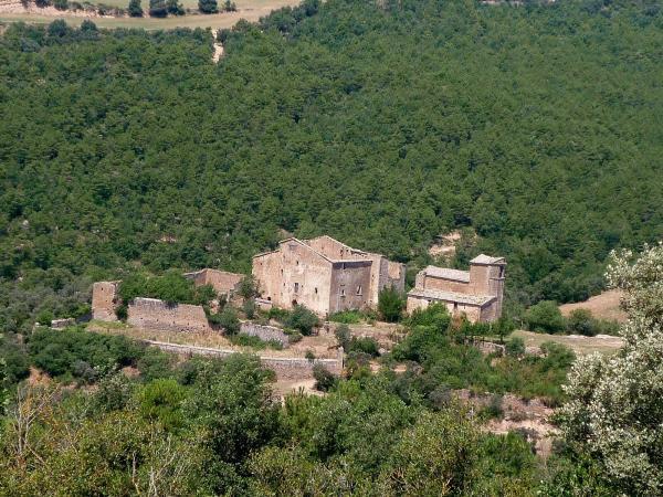 06.04.2013 Un gran castell del s. XI, convertit en època moderna en casal senyorial. Actualment es troba pràcticament en runes  Llanera -  Isidre Blanc