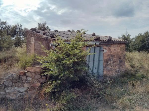 22.04.2014 Cisterna adhosada per recollir l'aigua de la pluja  Vall del Llobregós -  Ramon Sunyer