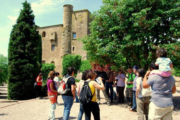 un moment de la visita al castell - molí de Ratera - Ratera