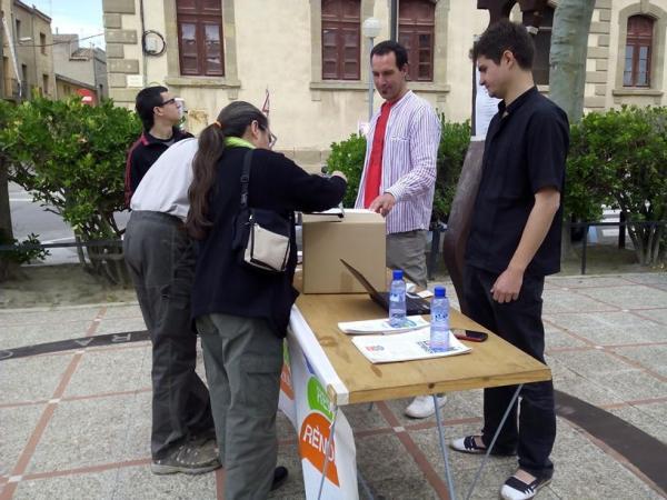 Ciutadans dipositant el vot a la mesa de Cervera - Cervera