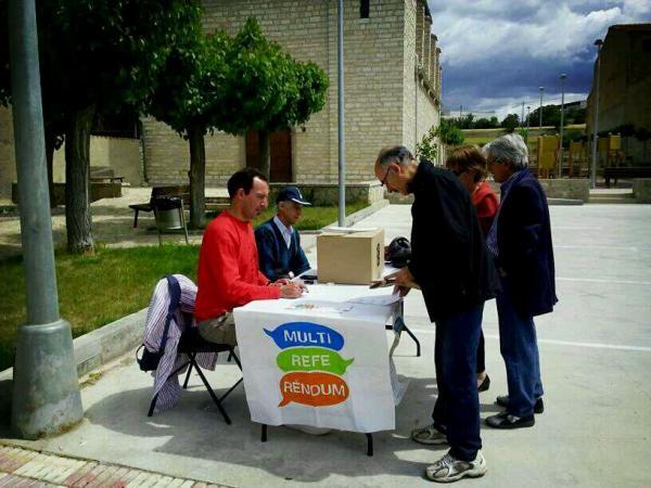 Ciutadans dipositant el vot a la mesa de Cervera - Sant Antolí i Vilanova