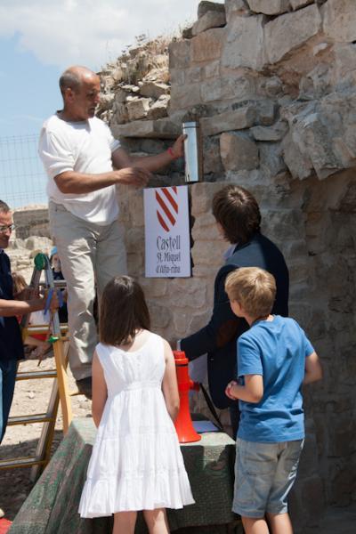 15.06.2014 V Festum Castrum - El Gran Mestre d'obres del Castell intruduint el cilindre testimonial al seu lloc definitiu.  Alta-riba -  Miquel Torres