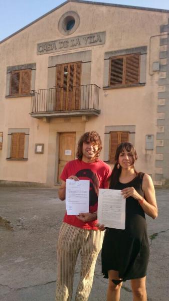 Xavi Mayora, en nom dels veïns de la Figuerosa, i Mercè Serra, sots-presidenta de l'Espitllera, van presentar els documents